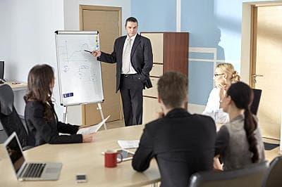 会議で発言する男性