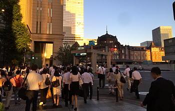 夕方の駅前の混雑